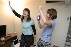 iPhoneから流れる音楽にのって踊り狂う2人…。