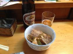 瓶麦酒と肉豆腐。フォークなカウンター。